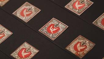 """Ein richtiger Taubenschlag: zum 175-jährigen Geburtstag der Schweizer Briefmarken zeigt das Museum für Kommunikation in Bern eine Vitrine voller """"Basler Dybli"""". Die seltene Schweizer Briefmarke steht bei Sammlern hoch im Kurs."""