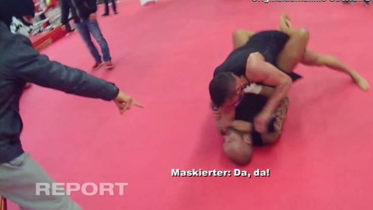 Beobachtet vom Überfallkommando wehrt sich Thaiboxer Shemsi Beqiri (oben) gegen Paulo Balicha. Foto: Telebasel
