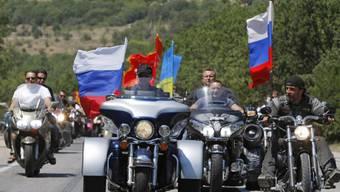 """Ausfahrt der """"Nachtwölfe"""" mit Wladimir Putin (Mitte) (Archiv)"""