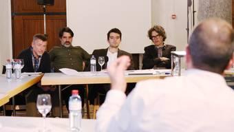 Marcel Hügi, Diego de Angelis, Daniele Grambone und Urs Allemann (v.l.), die vier Architekten vom Verein Masterplan im Streitgespräch mit Stadtplaner Daniel Laubscher (Vordergrund).