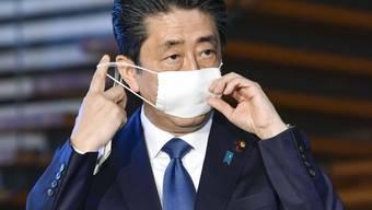 Japan kündigt wegen der Corona-Krise den Ausnahmezustand und ein beispielloses Konjunkturpaket an. Ministerpräsident Shinzo Abe stellte am Montag Rettungshilfen im Volumen von rund 108 Billionen Yen (rund 960 Milliarden Franken) in Aussicht.