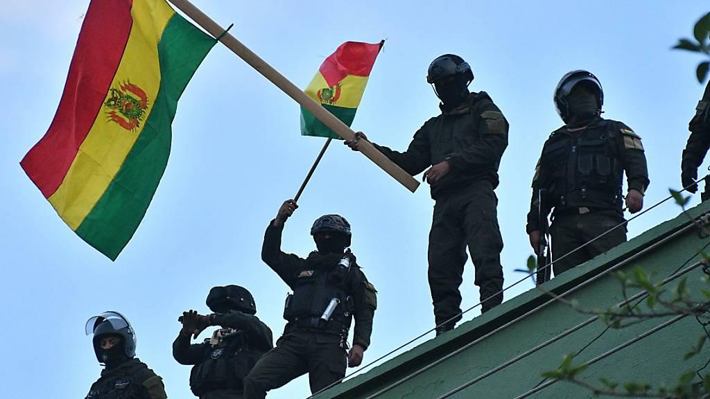 Zahlreiche Polizisten Boliviens schliessen sich Protesten an