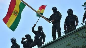 Zahlreiche Sicherheitskräfte in Bolivien haben sich den Protesten gegen den Präsidenten Evo Morales angeschlossen.