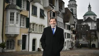 Roland Heim auf dem Riedholzplatz in der Altstadt von Solothurn – als Kind ging er bei seinem Grossvater im Haus mit dem Erker (links) ein und aus.