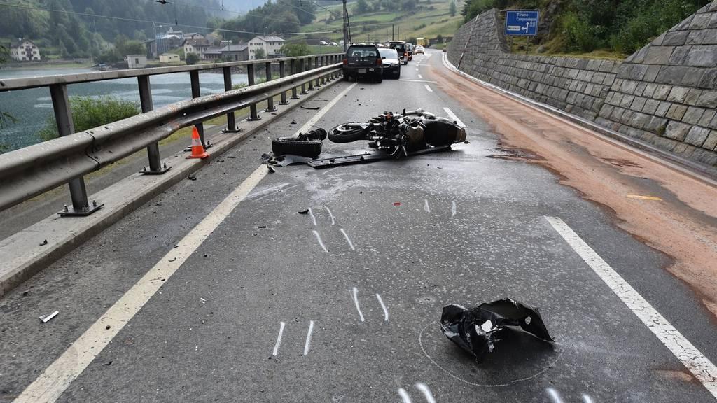 Nach einer Kollision mit einem Auto zog sich ein Motorradfahrer tödliche Verletzungen zu.