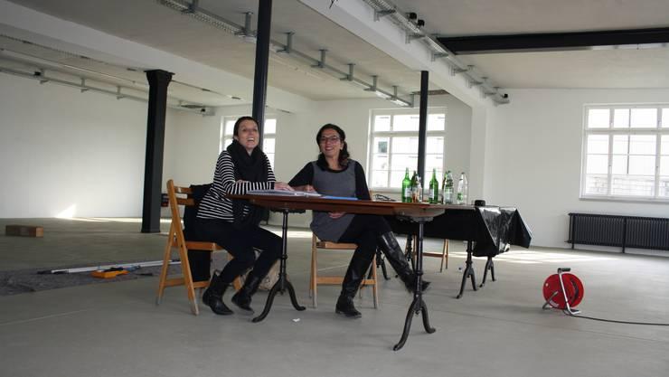 Carla Hohmeister und Kerstin Camenisch (von links) sitzen im Veranstaltungsraum des neuen Kulturzentrums. Derzeit statten sie die Innenräume aus.