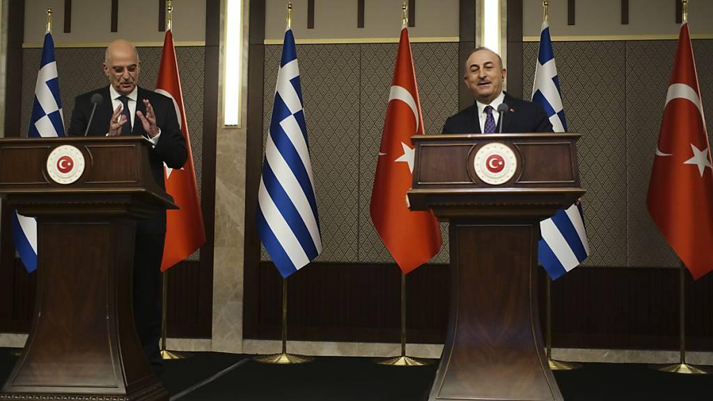 Nikos Dendias (l), Außenminister von Griechenland, und Mevlüt Cavusoglu, Außenminister der Türkei, sprechen bei einer Pressekonferenz zu den Journalisten. Foto: Burhan Ozbilici/AP/dpa