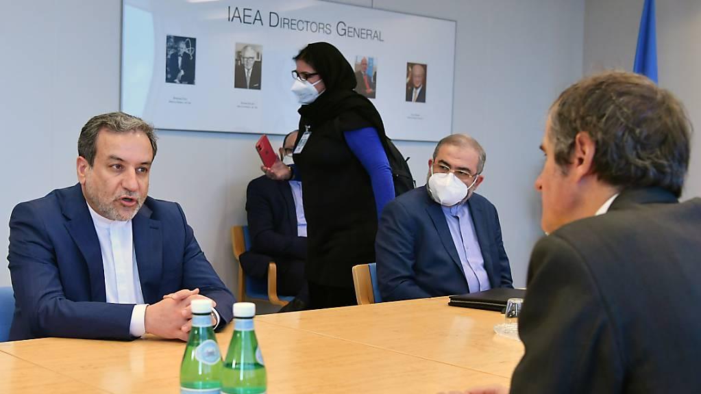 HANDOUT - Rafael Mariano Grossi (r), Generaldirektor der Internationalen Atomenergiebehörde (IAEA/IAEO), spricht mit Abbas Araghchi (Araqchi,l), Vize-Außenminister des Iran, bei einem gemeinsamen Treffen im IAEA-Hauptquartier in Wien. Foto: Dean Calma/IAEA/dpa - ACHTUNG: Nur zur redaktionellen Verwendung und nur mit vollständiger Nennung des vorstehenden Credits