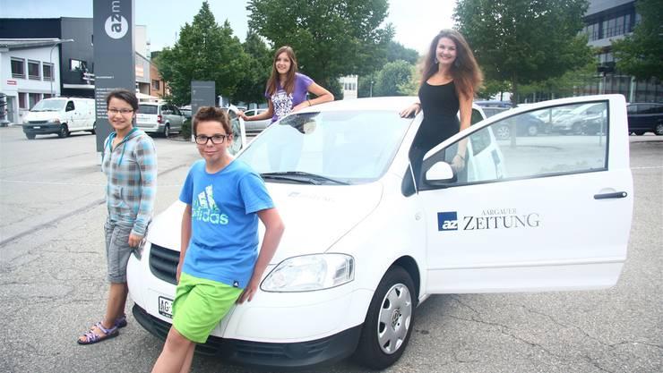 Anne-Sophie, Cyril, Jemima und Céline (v.l.) bringen die az-Autos auf Vordermann. Tim Honegger