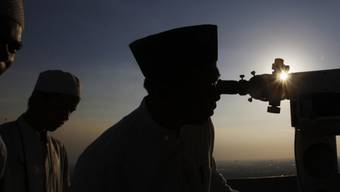 Hungrige Aussichten: Muslime sichten den Neumond in Indonesien