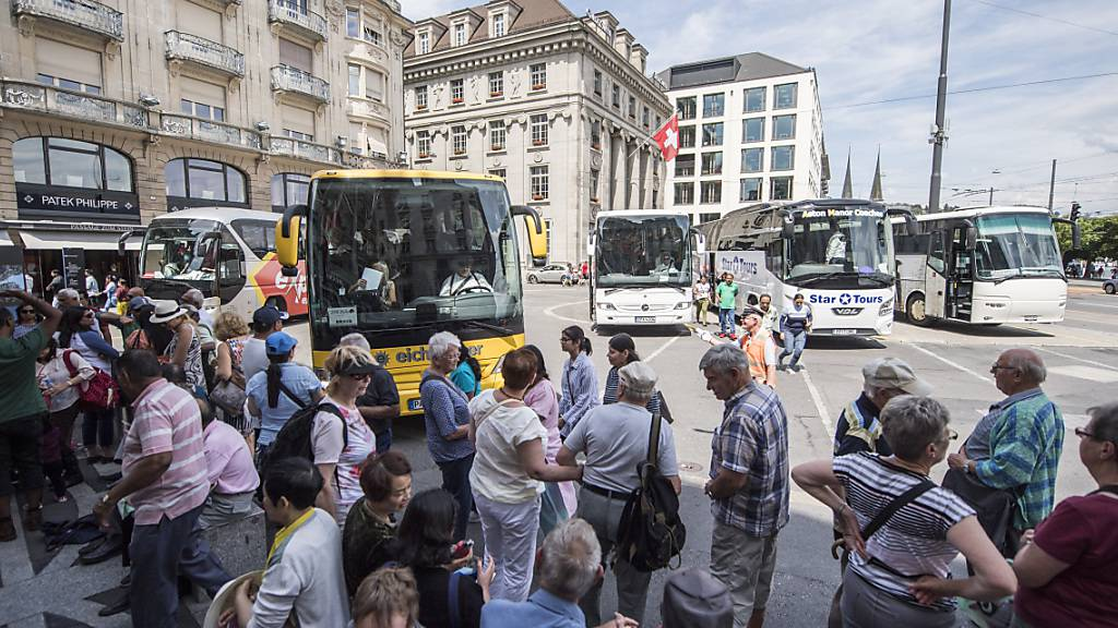 Kurz nach dem Überfall auf ein Schmuckgeschäft an dem bei Touristen beliebten Luzerner Schwanenplatz hat die Polizei sechs mutmassliche Tatbeteiligte festgenommen. (Archivbild)