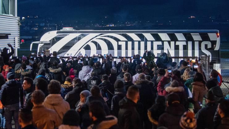 Vom Flugzeug direkt in den Bus – die Juve-Spieler liessen enttäuschte Fans zurück.