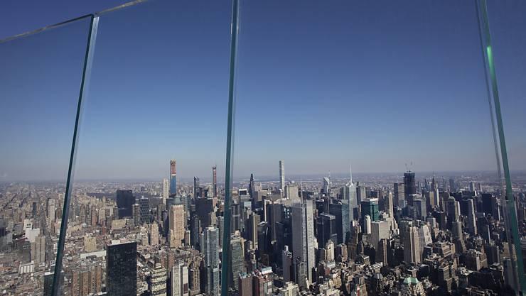 ARCHIV - Dicke Glasscheiben begrenzen die Outdoor-Aussichtsplattform «The Edge» im Stadtviertel «Hudson Yards» in New York. Foto: Mark Lennihan/AP/dpa