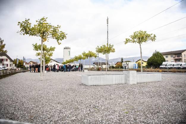 Der Rolf Sauser Platz mit Brunnen, Bücherschrank und Kies, damit Pétanque spielen möglich ist.