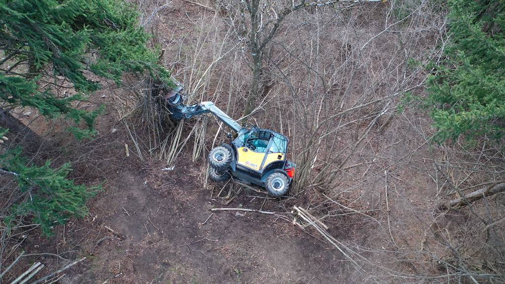 Landwirt stürzt mit Maschine Abhang hinunter