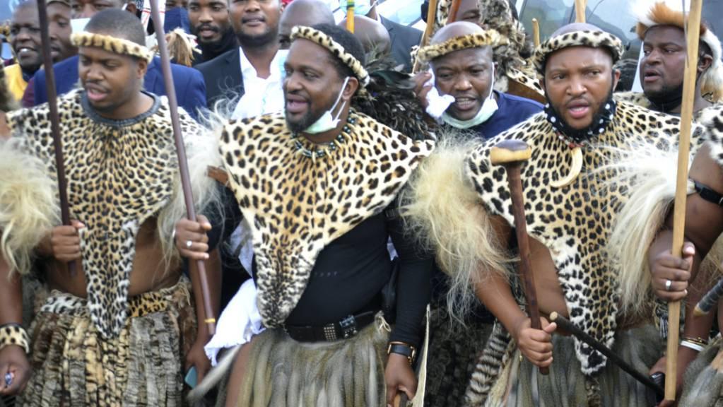 Prinz Misuzulu Zulu (M), nimmt mit anderen Personen ind traditioneller Kleidung im KwaKhangelamankengane Palast an einer Zeremonie teil. Foto: Uncredited/AP/dpa