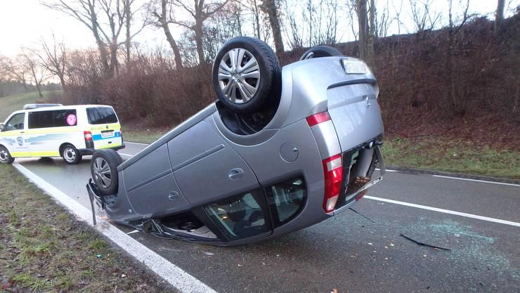 Selbstunfall in Fislisbach: Eine 42-jährige Lenkerin landet mit ihrem Auto auf dem Dach.