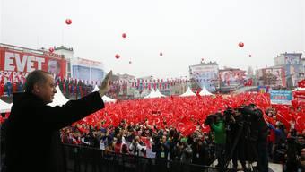 Der türkische Staatspräsident Erdogan lässt sich feiern. Über die Niederländer wetterte er vor seinen Anhängern: «Das sind Faschisten.» Keystone