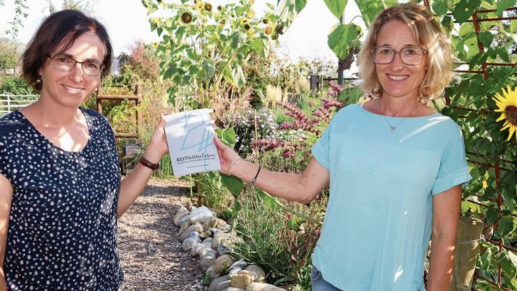 Doris Smonig-Klauser (l.) und Susanne Hochuli bei der Buchpräsentation im lauschigen Garten.