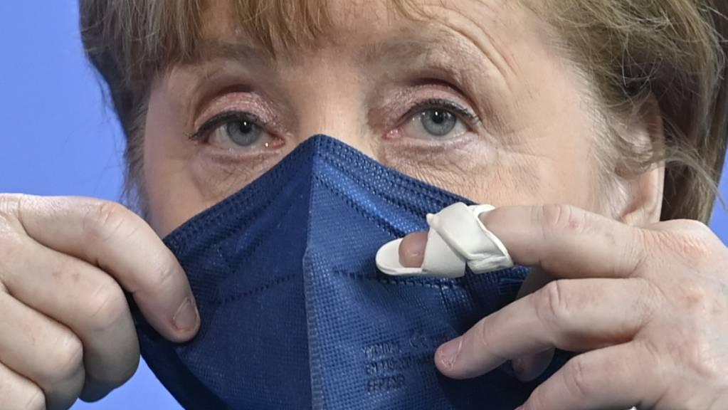 Bundeskanzlerin Angela Merkel setzt nach einem Statement zum informellen EU-Gipfel und dem EU-China-Gipfel Mund-Nasen-Bedeckung auf. Foto: John Macdougall/AFP-Pool/dpa