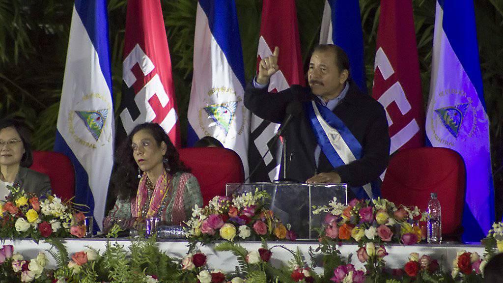 Nicaraguas Präsident Daniel Ortega hält eine Rede während seiner Amtseinsetzung an der Seite seiner Ehefrau und Vizepräsidentin Rosario Murillo.