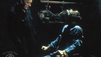 """Szene aus """"1984"""": John Hurt (r) wird von Richard Burton (l) gefoltert, indem er mit seiner grössten Angst konfrontiert wird, derjenigen vor Ratten. Die Gesellschaft, die in """"1984"""" dargestellt wird, erinnert manche an die Regierung Trump. Deshalb zeigen US-Kinos am 4. April den Film. (Handout)"""