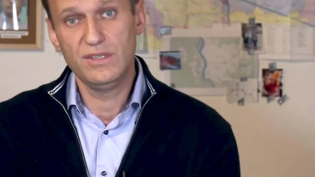 HANDOUT - Alexej Nawalny, Oppositionsführer aus Russland, spricht in einem Video, das auf seinem Instagram-Profil veröffentlicht wurde, mit dem Chemiewaffen-Spezialist Kudryavtsev. Foto: Navalny Instagram Account/AP/dpa - ACHTUNG: Nur zur redaktionellen Verwendung im Zusammenhang mit der aktuellen Berichterstattung und nur mit vollständiger Nennung des vorstehenden Credits