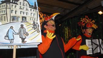 In der Kürze liegt die Würze: Die «Galgenvögel» – hier bei ihrem Auftritt im Jahr 2010 – pflegen weitgehend die alte Basler Tradition der meist vierzeiligen Verse in Melodieform, begleitet mit Akkordeon. az-Archiv/wal