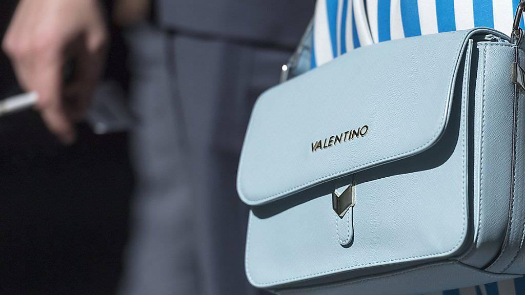 Handtaschen von Marken wie Gucci, Longchamp und Valentino leistete sich die Frau unter anderem mit dem veruntreuten Geld. (Archivbild)