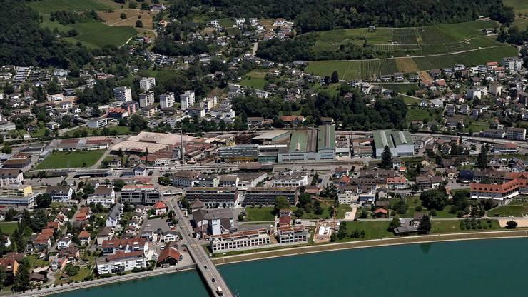 Döttingen von oben – in der Mitte das Quartier an der Gewerbestrasse mit der grünen Wiese (links), dem alten Hess-Schornstein und den Industriehallen.