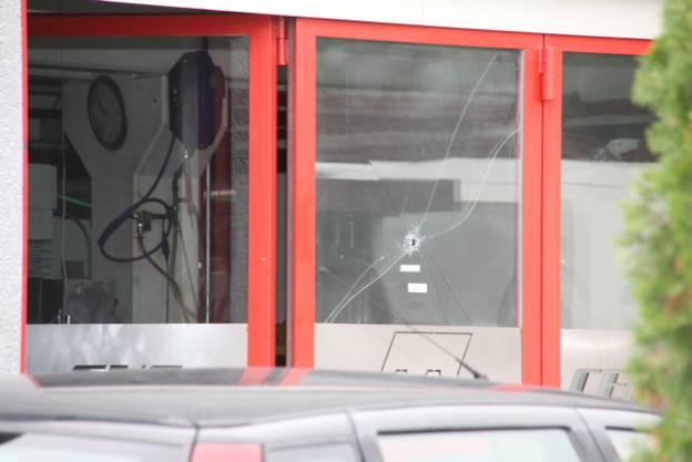Das Einschussloch am Tatort an der Industriestrasse in Gränichen.