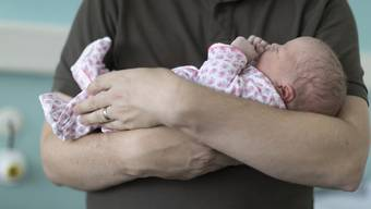 Der Bundesrat will keinen vierwöchigen Vaterschaftsurlaub. Doch im Parlament findet ein Meinungsumschwung statt.