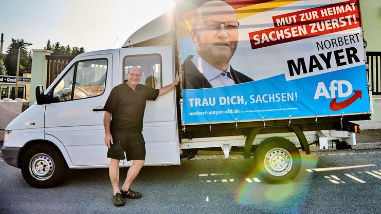 Norbert Mayer (AfD) vor seinem Wahlkampf-Mobil.