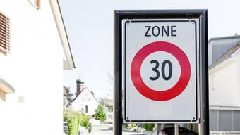 FDP und SVP wehren sich gegen die geplante Einführung von Tempo-30-Zonen in Brugg (Symbolbild).