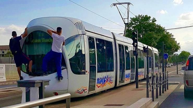 Tram-Surfen – hier ein Bild aus der französischen Stadt Lyon – erfreut sich auch im Elsass zunehmender Beliebtheit.