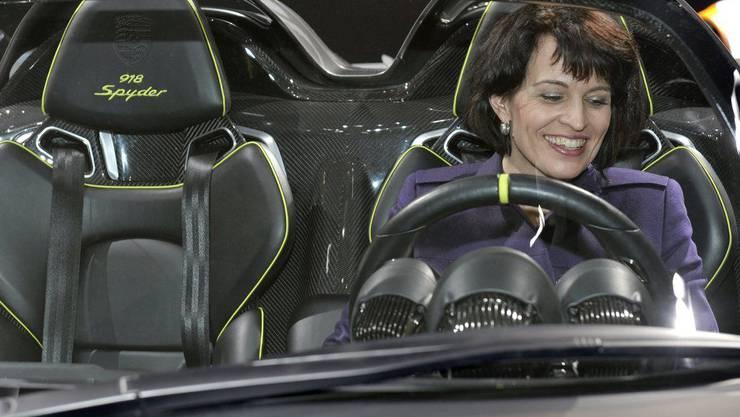 Verkehrsministerin Leuthard im Porsche 918 Spyder während des Autosalons 2010
