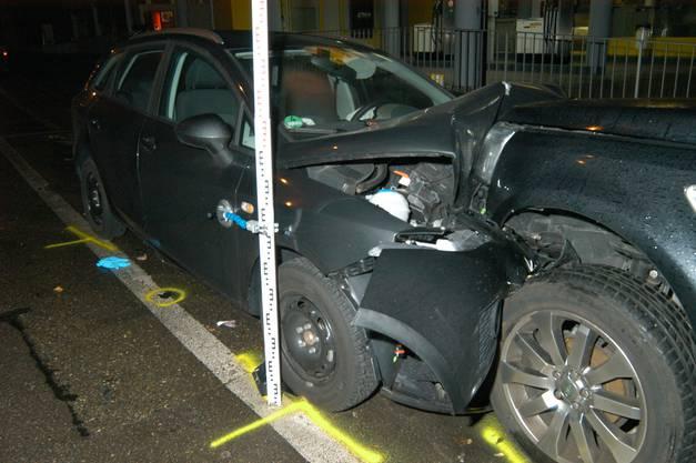 Auto prallte in zwei parkierte Personenwagen. Bilder: Newspictures.