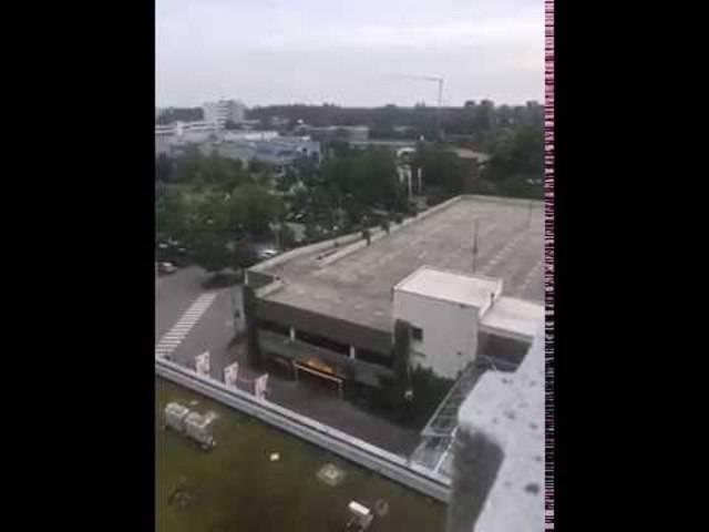 Dieses Video soll angeblich den Dialog von Anwohnern mit dem Täter (auf dem Parkhausdach) zeigen. Danach sind Schüsse zu hören.