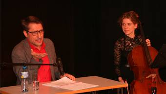 Stephan Bürgi und Viviane Schnetzler zogen das Publikum im Kornhauskeller Geschichten und Musik in ihren Bann. Peter Schütz