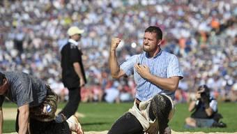 Marcel Mathis jubelt nach seinem Sieg gegen Patrick Schenk im 8. Gang am Eidgenössischen Fest in Zug