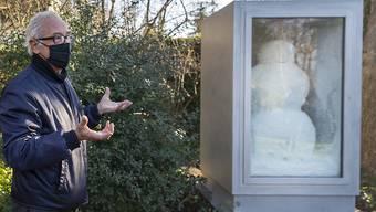 Der Künstler Peter Fischli vor der Skulptur Snowman, die er 1990 mit seinem 2012 verstorbenen Partner David Weiss entwickelt hat.