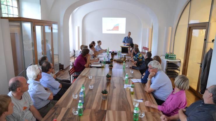 Gründungsversammlung im Restaurant Benedikt: Stefan Staubli (stehend) ist der erste Präsident des Vereins. ES