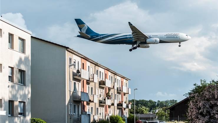 82 Flugzeugstarts gehen im Durchschnitt pro Tag über Allschwil hinweg. Sechs davon führen in abgedrehter Route nach Süden. (Symbolbild)