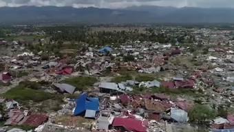Die Zahl der Todesopfer bei den Erdbeben und dem folgenden Tsunami in Indonesien klettert immer weiter in die Höhe. Die nationale Katastrophenschutzbehörde bezifferte die Zahl der Toten auf mindestens 1407. Mehr als 2500 Menschen wurden auf der Insel Sulawesi schwer verletzt und müssen deshalb im Spital behandelt werden. Mindestens 113 Menschen sind offiziell vermisst gemeldet.
