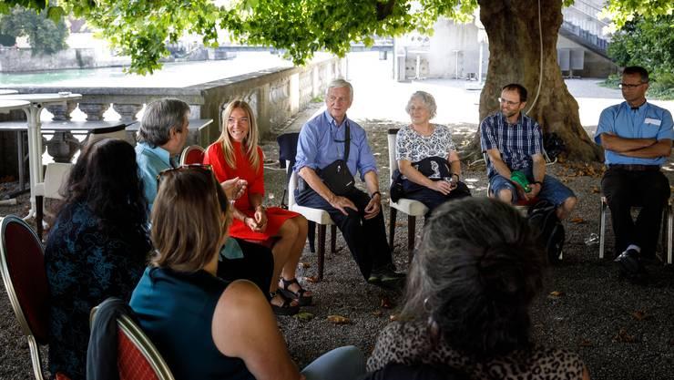 Claudia Sollberger (im roten Kleid) moderiert die Gespräche. Urs Allemann (rechts von Sollberger) gründete das Erzählbistro.