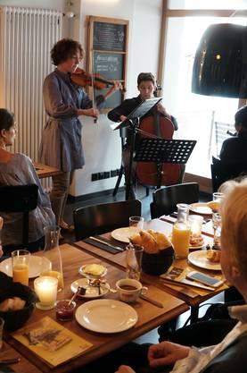 Ein Publikumshit sind wie schon bei der letzten Ausgabe des VivaCello Festivals die Frühstückskonzerte im mooi.