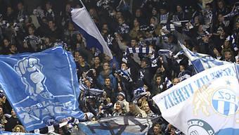 Eine Gruppe FC Basel Fans nahmen drei Zürchern die Fanutensilien ab. «Bereicherungsabsichten» hatten sie jedoch keine. Sie kamen straffrei davon.