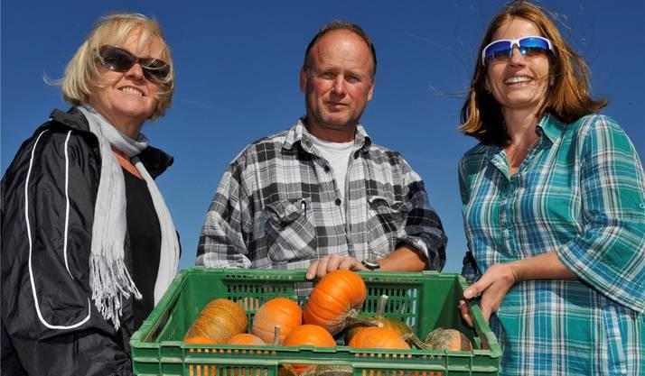 Gloor mit den Kürbisnacht-OK-Mitgliedern Margrit Tièche (links) und Jenny Mattila (Präsidentin).