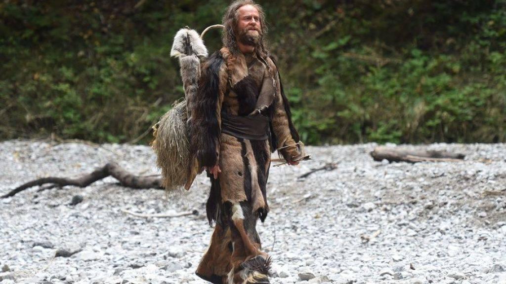 Jürgen Vogel als Ötzi im Film «Iceman». Schweizer Forscher haben eine Schnur aus dem Besitz des echten Eismanns als Bogensehne identifiziert - die älteste ihrer Art weltweit. (Handout)