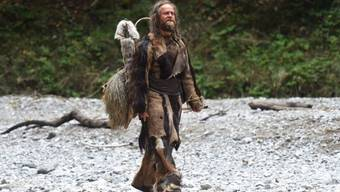 """Jürgen Vogel als Ötzi im Film """"Iceman"""". Schweizer Forscher haben eine Schnur aus dem Besitz des echten Eismanns als Bogensehne identifiziert - die älteste ihrer Art weltweit. (Handout)"""